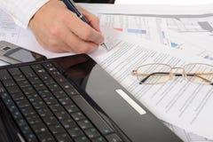 Geschäftspersonenhände, die mit Dokument arbeiten Lizenzfreies Stockfoto