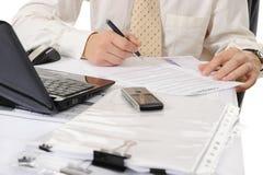 Geschäftspersonenhände, die mit Dokument arbeiten Lizenzfreie Stockfotos