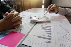 Geschäftsprojektteamkollege, der am Treffen und am Analysieren mit neuem Startprojekt, Ideendarstellung und Strategie zusammenarb lizenzfreie stockfotos