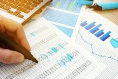 Geschäftsrechnungsprüfung Wirtschaftsprüfer, der Dokumente mit Finanzzahlen überprüft stockbild