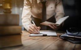 Geschäftsrechtsanwalt-Mannperson, die im Büro arbeitet lizenzfreie stockfotos