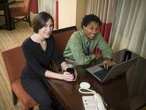 Geschäftsreise - glückliches Laptopteam Stockbilder