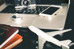 Geschäftsreisendgegenstand auf schwarzem Schreibtisch für Dienstreise lizenzfreie stockfotos
