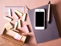 Geschäftssatz des weißen intelligenten Telefons und des Notizbuches mit klebriger Anmerkung in der kreativen Idee des Konzeptes Stockfoto