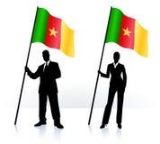Geschäftsschattenbilder mit wellenartig bewegender Flagge von Camerun Lizenzfreies Stockbild