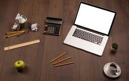 Geschäftsschreibtisch mit Büroartikel und modernem Laptopweiß backg Stockfoto