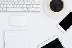 Geschäftsschreibtisch mit einer Tastatur, einer Maus und einem Stift Lizenzfreies Stockbild