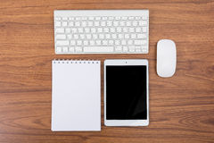 Geschäftsschreibtisch mit einer Tastatur, einer Maus und einem Stift Lizenzfreie Stockfotografie
