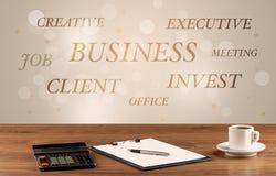 Geschäftsschreibtisch mit Schreiben auf Wand Lizenzfreies Stockfoto