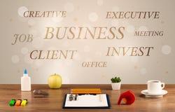Geschäftsschreibtisch mit Schreiben auf Wand Stockbild