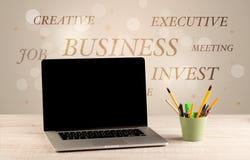Geschäftsschreibtisch mit Schreiben auf Wand Lizenzfreie Stockfotografie