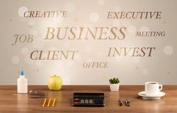 Geschäftsschreibtisch mit Schreiben auf Wand Stockbilder