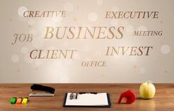 Geschäftsschreibtisch mit Schreiben auf Wand Lizenzfreie Stockfotos