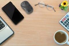 Geschäftsschreibtischholztisch, mit Maus, Smartphone, Glas Stockfotos