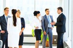 Geschäftsseminar wo ein Cheferklären Lizenzfreie Stockbilder