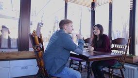 Geschäftsstützberufsunterhaltung mit Kunden am Cafétisch stock video footage