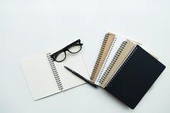 Geschäftsstilllebenkonzept mit Notizbuchpapier und -stift auf Holz Stockfotos