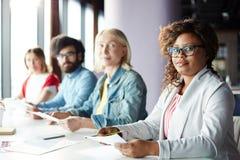 Geschäftsstudenten, die an der Trainingsklasse studieren lizenzfreie stockbilder