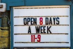 Geschäftsstunden unterzeichnen 'öffnen 8 Tage ein Woche von 11 - 9' stockfotografie