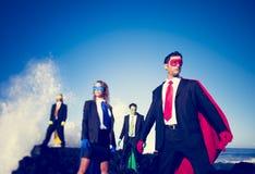 Geschäftssuperhelden auf dem Strand Stockfoto