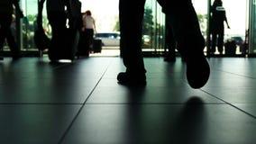 Geschäftsszene des internationalen Flughafens: Leute, die mit Gepäck verlassen und kommen stock footage