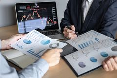 Geschäftsteam auf dem Treffen zum Planungsinvestitionshandelsprojekt und zu Strategie des Abkommens auf einer Börse mit Partner,  lizenzfreie stockbilder