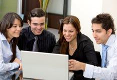 Geschäftsteam auf einem Laptop Lizenzfreies Stockfoto