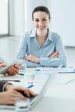 Geschäftsteam bei der Arbeit und dem weiblichen Exekutivlächeln lizenzfreie stockfotos