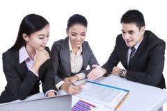 Geschäftsteam beschäftigt bei einer Sitzung Lizenzfreies Stockbild