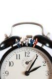 Geschäftsteam, das auf riesige Uhr sitzt Stockbild