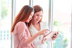Geschäftsteam, das auf Tablettengeschäft in der Teambesprechung sich bespricht lizenzfreies stockfoto