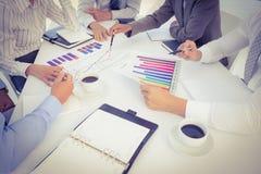 Geschäftsteam, das Balkendiagrammdiagramme analysiert Stockbilder