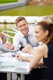 Geschäftsteam, das bei Tisch sich treffen hat stockfotos