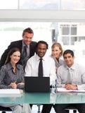 Geschäftsteam, das an der Kamera arbeitet und lächelt Lizenzfreies Stockfoto