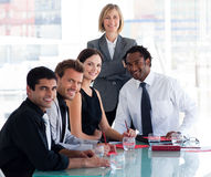 Geschäftsteam, das an der Kamera im Büro lächelt lizenzfreie stockfotografie