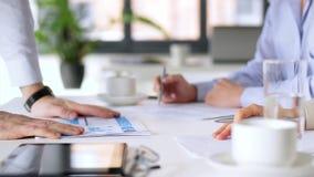 Geschäftsteam, das Diagramme im Büro bespricht stock video
