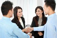 Geschäftsteam, das ein Abkommen macht Lizenzfreie Stockfotos