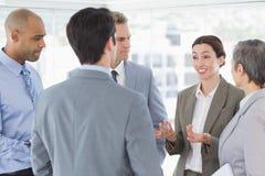 Geschäftsteam, das ein Gespräch hat lizenzfreie stockfotos
