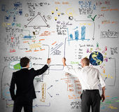 Geschäftsteam, das ein neues komplexes Projekt zeichnet Stockfotos