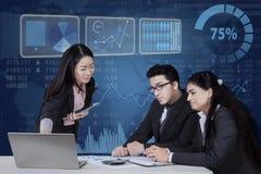 Geschäftsteam, das ein Projekt im Büro bespricht Lizenzfreie Stockbilder