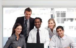 Geschäftsteam, das in einem Büro arbeitet stockfoto