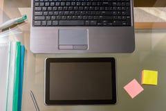 Geschäftsteam, das an einem Glastisch arbeitet Lizenzfreies Stockfoto