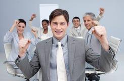 Geschäftsteam, das einen Erfolg mit den Händen oben feiert Stockfotos