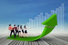Geschäftsteam, das Geschäftsstange hochzieht Stockfotografie