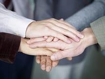 Geschäftsteam, das Hände zusammenfügt Lizenzfreie Stockfotos