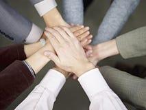 Geschäftsteam, das Hände zusammenfügt Lizenzfreie Stockfotografie