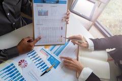 Geschäftsteam, das Haushaltsplan und Statistik analysiert lizenzfreie stockbilder
