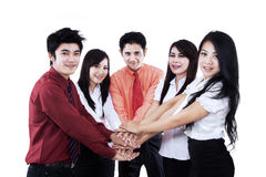 Geschäftsteam, das ihren Händen zusammen lokalisiert sich anschließt Lizenzfreies Stockbild