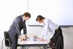 Geschäftsteam, das im Büro arbeitet Lizenzfreie Stockfotografie