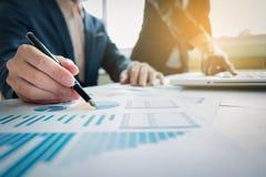 Geschäftsteam, das im Büro mit Laptop arbeiten, und Finanzdiagramm Stockfoto
